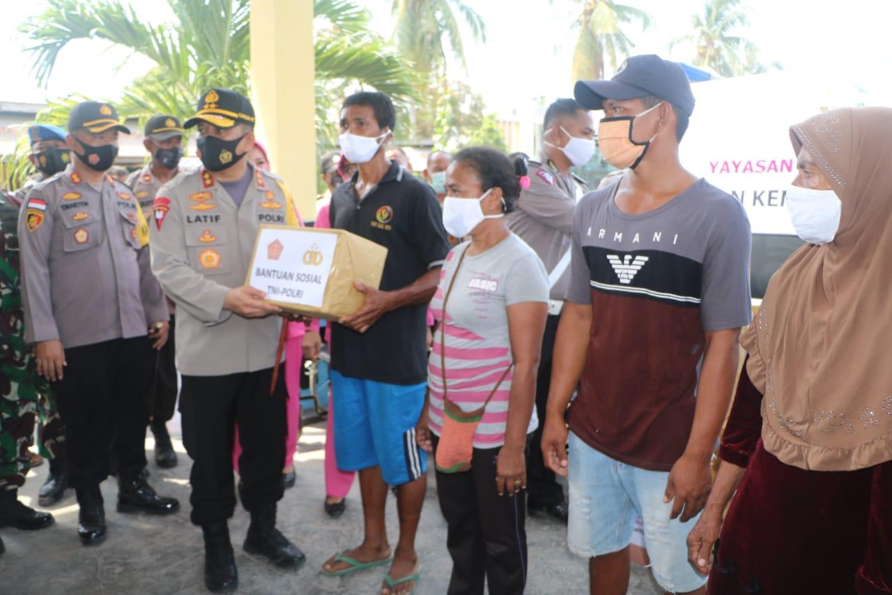 Panglima TNI dan Kapolri Bantu Korban Erupsi Ile Lewotolok di Pengungsian